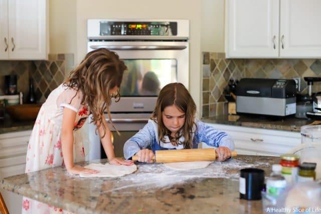 kids int he kitchen pizza