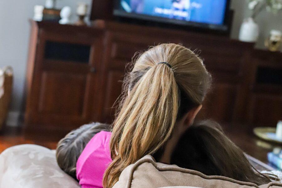 mom girls couch cuddles